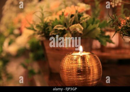 Herzstück Der Kerze Am Tisch Mit Topfpflanze Angezündet   Stockfoto