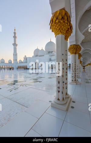 Innenhof der Sheikh-Zayed-Moschee, Scheich Zayed Grand Moschee, Abu Dhabi, Emirat Abu Dhabi, Vereinigte Arabische Emirate Stockfoto