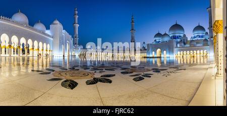 Innenhof der Sheikh-Zayed-Moschee, Scheich Zayed Grand Moschee, Abu Dhabi, Emirat Abu Dhabi, Vereinigte Arabische - Stockfoto