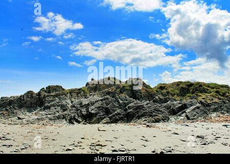 Niedrigen Winkel Ansicht der Felsformation gegen blauen Wolkenhimmel - Stockfoto