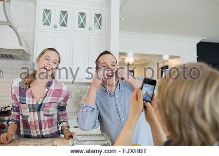 Verspielte Vater und Sohn mit Nudel Schnurrbärte - Stockfoto