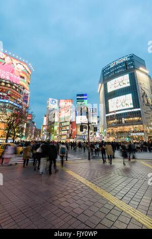 Tokyo, Japan - 6. Januar 2016: Feierabendverkehr auf die berühmte Shibuya Crossing in Tokio, Japan. Dieses Gebiet - Stockfoto