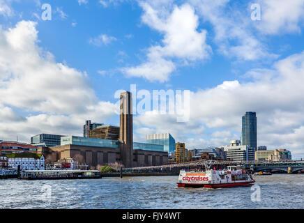 Blick über den Fluss Themse in Richtung Tate Modern und Shakespeares Globe, Southwark, London, England, Vereinigtes Königreich Stockfoto