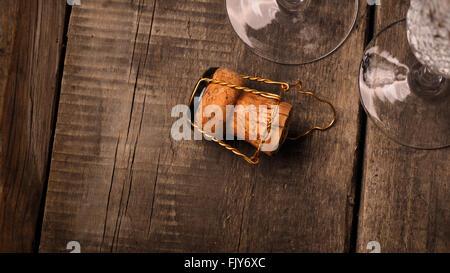 Korken einer Sektflasche gegen zwei Sektgläser - Stockfoto