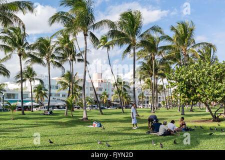 Menschen auf der Promenade der South Beach in Miami Beach, Florida, Vereinigte Staaten - Stockfoto