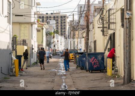 Straßenszene mit lokalen Menschen, Autos und Abfallbehälter in Collins Gericht in South Beach District von Miami - Stockfoto