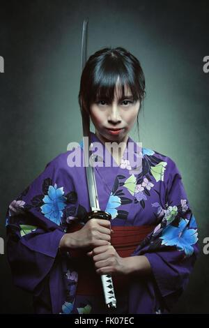 Porträt einer Frau Samurai. Dunkle Studioaufnahme - Stockfoto