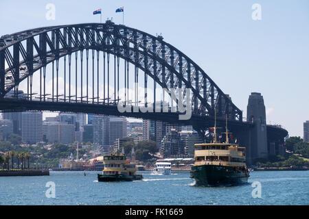 Sydney Harbour Ferries Fishburn (links) und Collaroy (rechts) in Sydney Cove, mit der Sydney Harbour Bridge als - Stockfoto