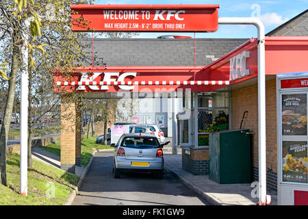 KFC-Fast-Food-Fahrt durch Lane mit Kunden im Auto bei der Bestellung Fenster zurückzugeben, dass Kreditkarte aufladen - Stockfoto