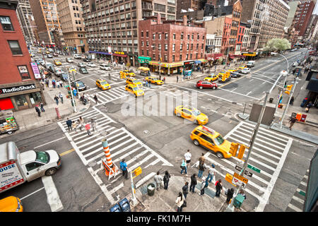NEW YORK - 21 März: Stadt Streetlife in Kreuzung 7th AV. / 23. st. in der Nähe der berühmten Chelsea Hotel am 21. - Stockfoto