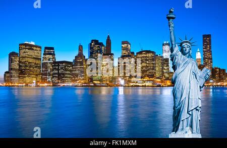 Skyline von Manhattan und die Freiheitsstatue in der Nacht, New York City - Stockfoto