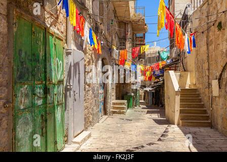 Schmale Straße im arabischen Viertel der Altstadt von Jerusalem, Israel. - Stockfoto