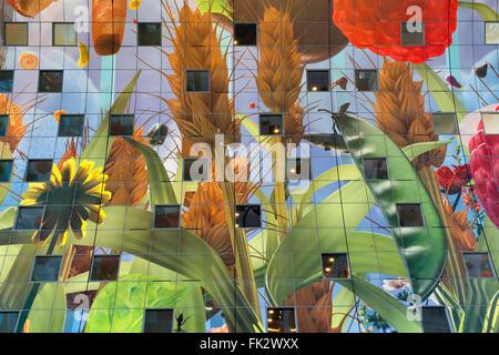 Bunte Dekoration im Inneren der Markthalle, Rotterdam, Niederlande - Stockfoto