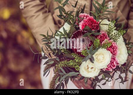 Vintage Bouquet mit Marsala und weiße Blumen Stockfoto, Bild ...