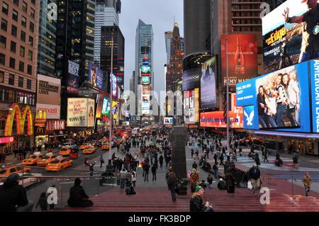 NEW YORK CITY, NY, USA - März 2011: Times Square, New York City, einer der belebtesten und überfüllten Straßen in - Stockfoto