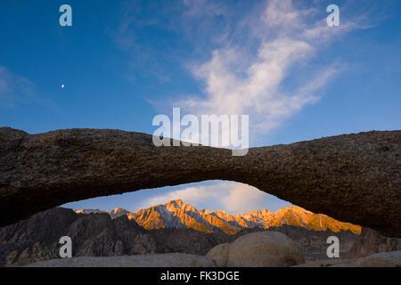 Mt. Whitney Mt. Muir und Mt. Irvine betroffen das Alpenglühen der aufgehenden Sonne, gesehen durch die Lathe Arch - Stockfoto