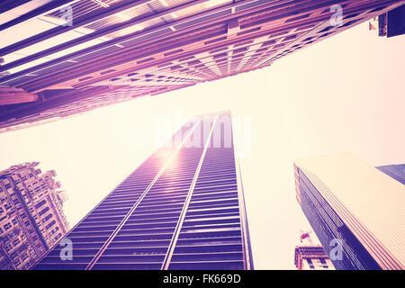 Vintage getönten Wolkenkratzer in Manhattan bei Sonnenuntergang, Blick nach oben, New York City, USA. - Stockfoto