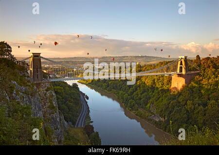 Clifton Suspension Bridge mit Heißluftballons in Bristol Balloon Fiesta im August, Clifton, Bristol, England - Stockfoto
