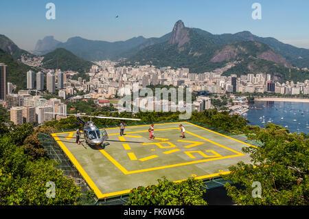 Touristen genießen den Helikopter-Rundflug vom Zuckerhut in Rio De Janeiro - Stockfoto