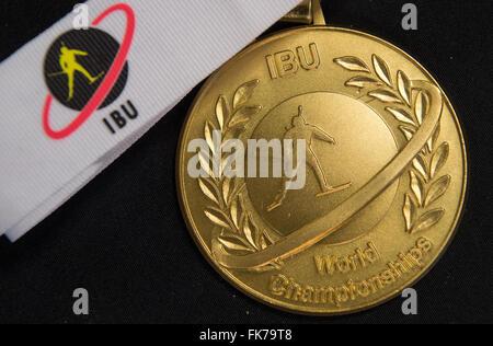 Die Goldmedaille der internationalen Biathlon Union (IBU) liegt auf einem Tisch in der Biathlon-Weltmeisterschaften - Stockfoto