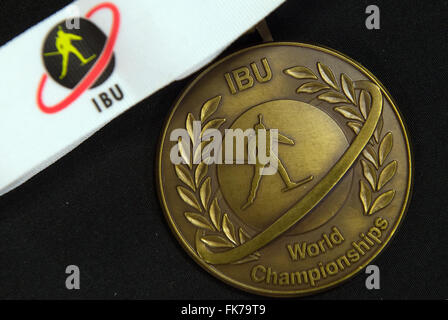 Die Bronze-Medaille der internationalen Biathlon Union (IBU) liegt auf einem Tisch in der Biathlon-Weltmeisterschaften - Stockfoto