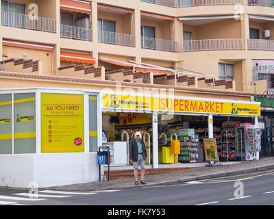 Supermarkt HiperDino in Puerto de Santiago, Teneriffa-Kanarische Inseln-Spanien, Lebensmittel und vieles mehr für - Stockfoto