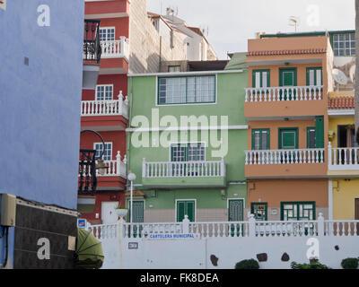 Farbenfrohe Wohnung Blöcke in Puerto de Santiago an der Westküste von Teneriffa-Kanarische Inseln-Spanien - Stockfoto