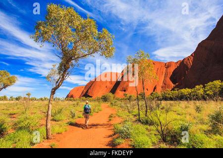 Frau mit Rucksack wandern - Stockfoto