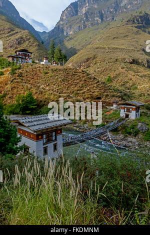 Alte Kette Brücke über den River in der Nähe von Thimphu, Bhutan - Stockfoto