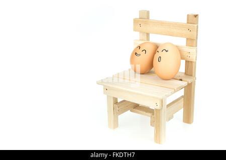 Geliebten Eiern paar, Stütze dich auf einander auf Holzstuhl, isoliert auf weißem Hintergrund - Stockfoto