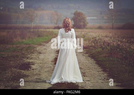 Braut mit schönen Kleid im Land. Reinheit und Unschuld - Stockfoto