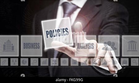 """Geschäftsmann, ein Konzept auf die Schaltfläche """"Richtlinien"""" drücken. - Stockfoto"""