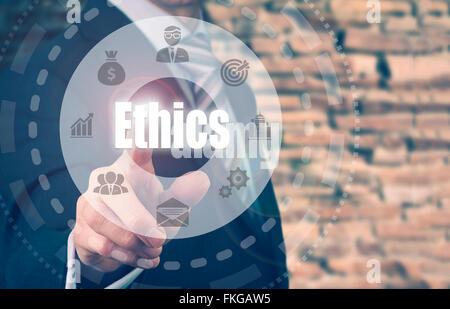 Geschäftsmann, eine Ethik-Konzept-Taste drücken. - Stockfoto