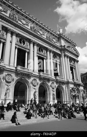 Parisern und Touristen genießen die Sonne vor der Oper in Paris, Frankreich. - Stockfoto