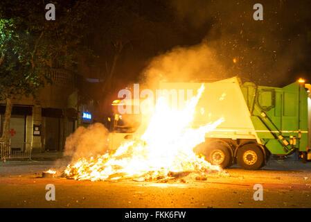 Bonfire Night für die Feier von Sant Joan auf einer Straße während der Fahrt ein Müllauto in Barcelona, Katalonien, - Stockfoto