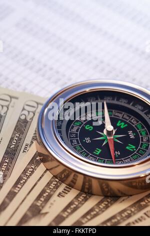 Business-Konzept. Nahaufnahme von Kompass und Geld auf Papier-Liste mit Ziffern - Stockfoto