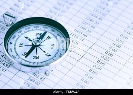 Business-Konzept. Nahaufnahme des Kompasses auf Papier-Liste mit Ziffern - Stockfoto