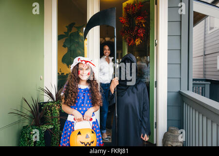 Kinder an Halloween treating