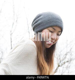 Japanische Frau tragen Mütze im freien - Stockfoto