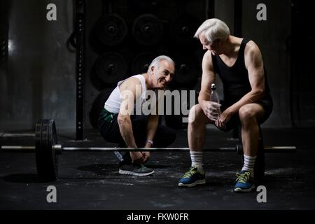 Senioren Herren im Chat und in dunklen Turnhalle Trainer Schnürsenkel zu binden