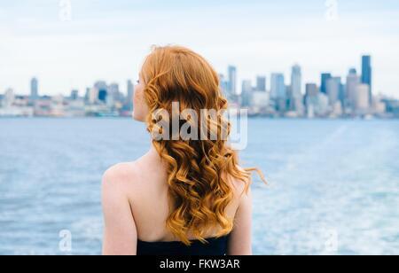 Rückansicht des Frau mit Blick vom Passagier-Fähre am Puget Sound, Seattle, USA - Stockfoto