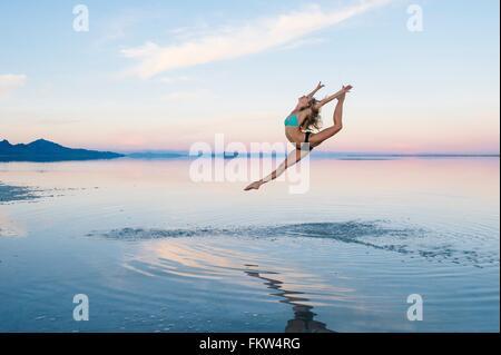 Weiblichen Balletttänzer springen Luft über See, Salzsee von Bonneville, Utah, USA - Stockfoto