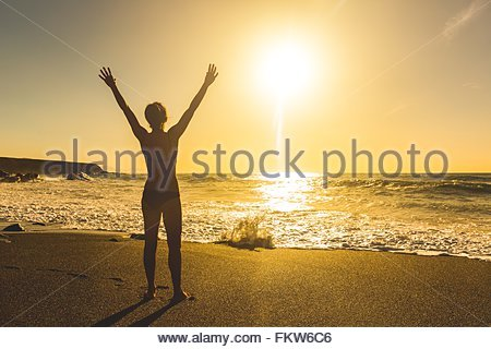 Rückansicht des Silhouette junge Frau am Strand bei Sonnenuntergang, Ajuy, Fuerteventura, Spanien - Stockfoto