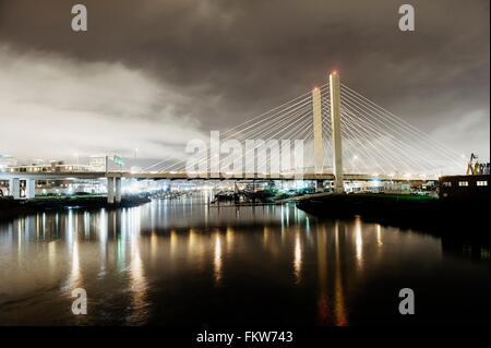 Nacht Stadtbild von Tacoma Narrows Bridge und the Narrows, Tacoma, Washington, USA - Stockfoto