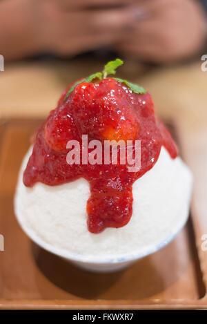 Rasiert Eis mit Milch und Erdbeermarmelade, Motion blur - Stockfoto