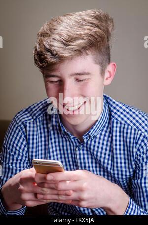 Junger Mann mit Smartphone - Stockfoto