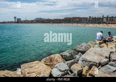 Wellenbrecher am Strand von La Barceloneta Viertel in Barcelona, Spanien - Stockfoto