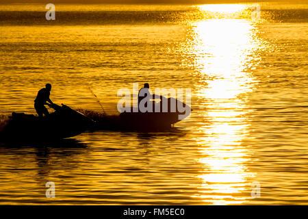 Penzance, Cornwall, UK. 11. März 2016. Großbritannien Wetter. Sonnenaufgang in Penzance, mit lokalen Jetskiers genießen Sie die Morgensonne und ruhigem Wasser. Bildnachweis: Simon Maycock/Alamy Live-Nachrichten