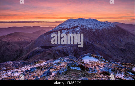 Winter-Morgendämmerung über Barrslievenaroy, Maumturk Mountains, Connemara, County Galway, Irland. - Stockfoto