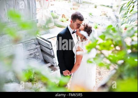 Hochzeit paar küssen und Händchenhalten - Stockfoto